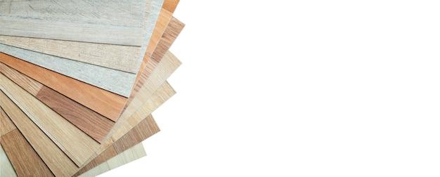 Vinyl- und linoleumproben auf einem weißen, isolierten hintergrundvinyl für fußböden mit holzmaserung...
