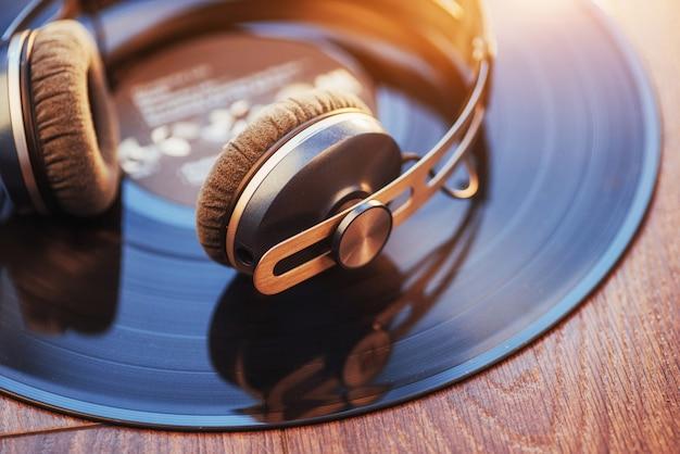 Vinylaufzeichnung und kopfhörer über holztisch