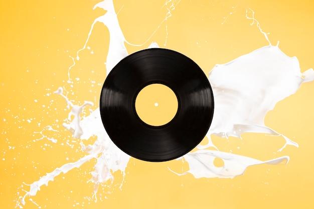 Vinylhintergrund mit dem verschütten der flüssigkeit