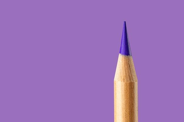 Violette bleistiftnahaufnahme auf einem lila hintergrund.