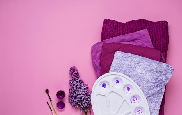 Violette frauenkleidungs- und künstlerpalette