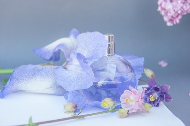 Violette kreisparfümflasche mit blumen.