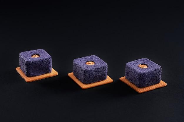 Violette kuchen mit matter oberfläche auf schwarz isoliert.