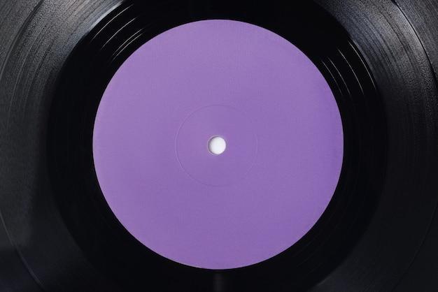 Violette leeres etikett der lp-vinyl-schallplatte. nahaufnahme, ansicht von oben.