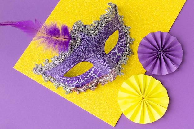 Violette maske mit papierdekoration draufsicht