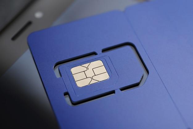 Violette sim-karte in originalgröße, vorgeschnittene mini-, mikro- und nanogrößen