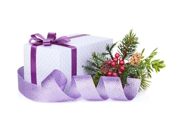 Violette weihnachtsgeschenkbox, dekor und baum. isoliert auf weißem hintergrund