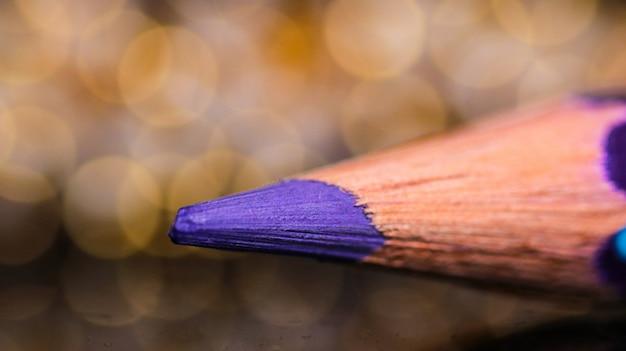 Violetter farbbleistift mit bokeh-hintergrund