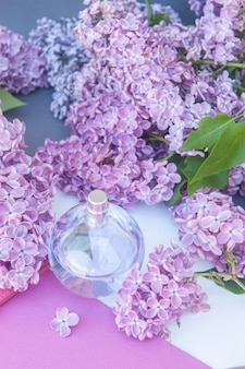 Violetter farbkreis parfümflakon mit lila blüten