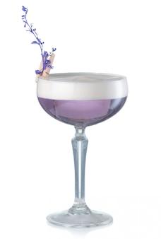 Violettes alkoholcocktail mit der gin- und lavendelblume lokalisiert