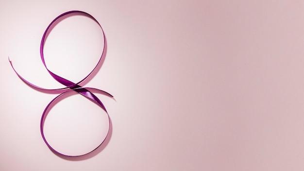 Violettes band für 8. märz gradientenkopierraumhintergrund