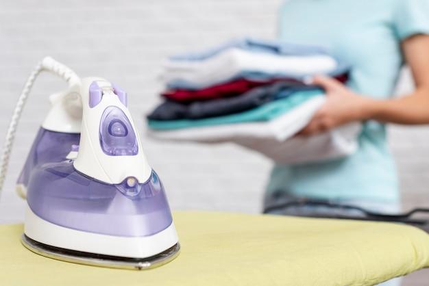 Violettes eisen der nahaufnahme auf bügelbrett