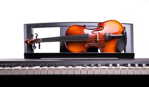 Violine auf dem elektronischen klavier des schreibtisches