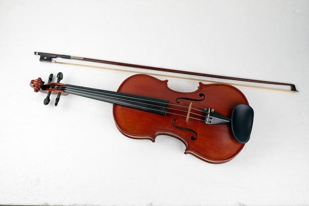 Violine auf weiß, detail des streichinstruments zeigen