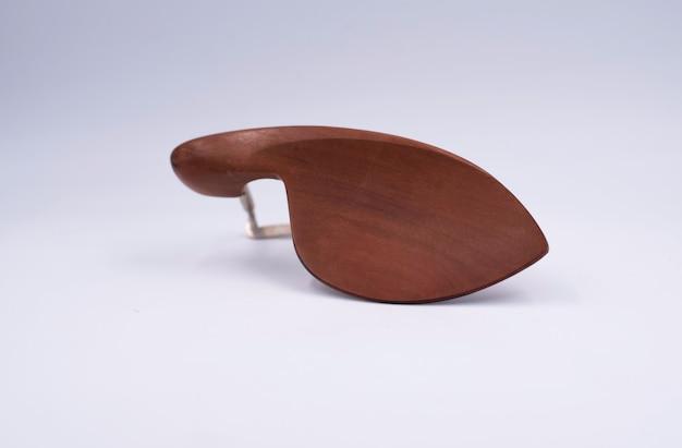 Violine chinrest, teile des akustischen instruments auf weißem hintergrund.