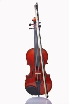 Violine mit bogen auf weiß