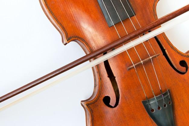Violine mit einem bogen auf einem weißen hintergrund