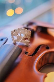 Violine mit unscharfem hellblauem bokeh hintergrund der perspektive