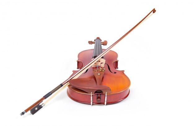 Violine und bogen auf weißem hintergrund