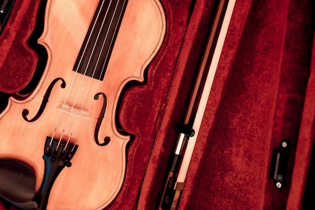 Violine und bogen in dunkelrotem etui.