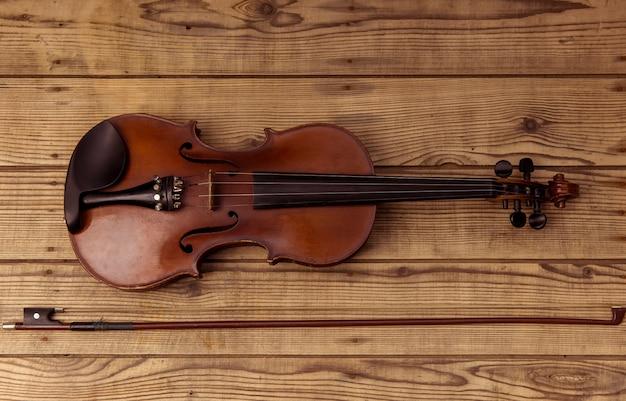 Violinenabschluß, der oben auf der hölzernen tabelle liegt.