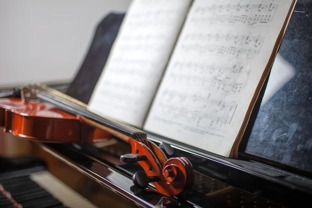 Violing auf einem klavier, konzept der klassischen musik