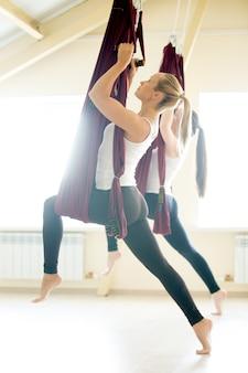Virabhadrasana yoga-pose in der hängematte