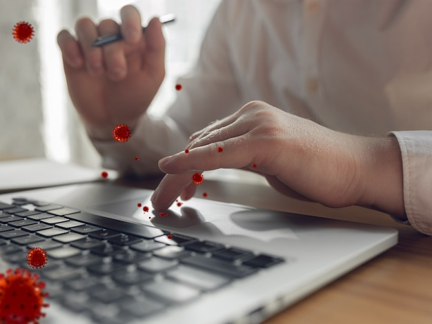 Viren auf ihrem gerät, die täglich verwendet werden - konzept der virusverbreitung, 3d-modellillustration. gefahr weg der epidemie. smartphone, laptop, tastatur, tablet nicht desinfiziert. hände auf infizierter oberfläche.