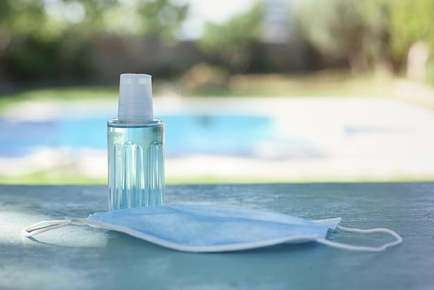 Virenschutz-kit für den sommer, op-maske und gel.