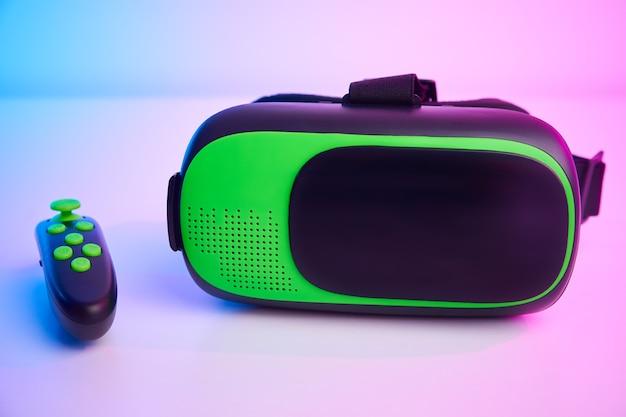 Virtual-reality-brille an der farbwand. zukunftstechnologie, vr-konzept
