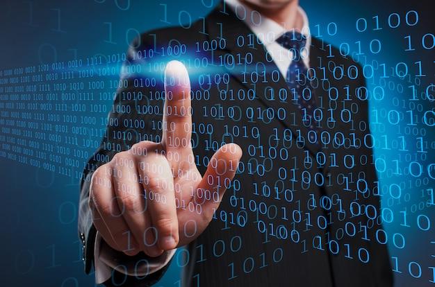 Virtuelle multimedia-anzeige. ein mann in anzug und krawatte klickt mit dem zeigefinger auf den virtuellen bildschirm.