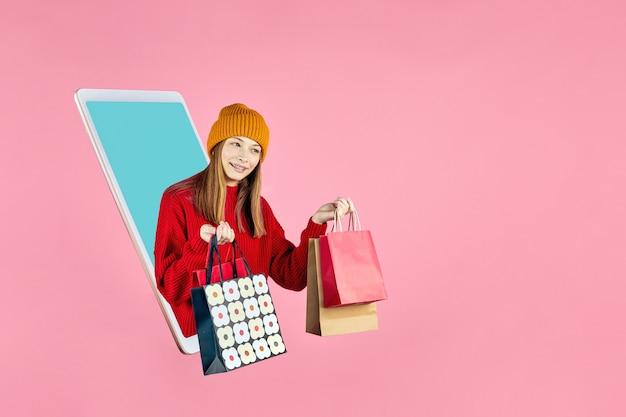 Virtueller handykauf mädchen mit einkaufstasche e-commerce-verkaufsrabatte werbung in der app