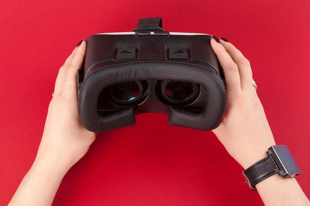 Virtueller vr glaskopfhörer in den händen