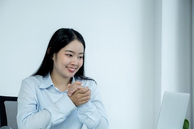 Virtuelles videokonferenz-besprechungskonzept der jungen asiatischen geschäftsfrau arbeiten zu hause aufgrund sozialer distanzierung.
