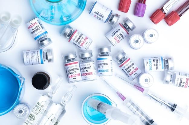 Virusimpfstoffentwicklung eines coronavirus covid-19, impfstoffflasche im konzept der versicherung und bekämpfung des coronavirus 2019 ncov heilung, medizinische forschung im labor, um die ausbreitung des virus zu stoppen