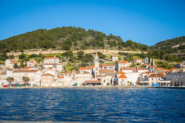 Vis, kroatien - 31.03.2021: blick vom wasser der mediterranen stadt vis ohne touristen. yachtind reiseziel, insel vis in kroatien