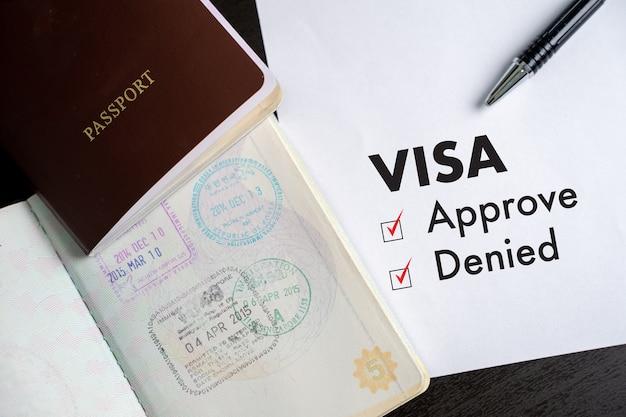 Visa und reisepass nach genehmigtem stempel auf einer dokumenten-draufsicht