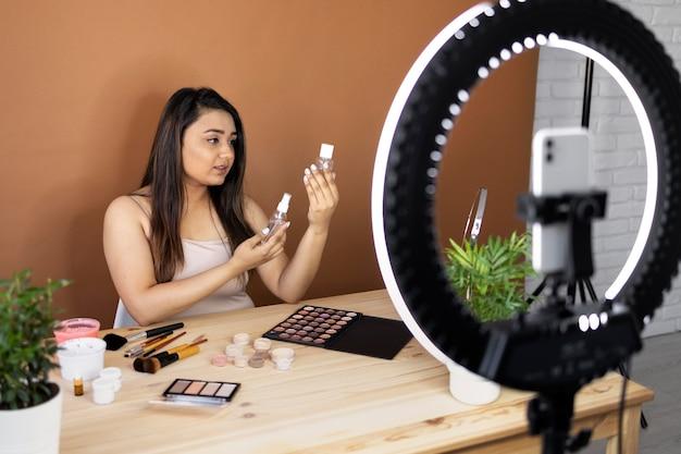 Visagistin beim vloggen ihrer tutorials