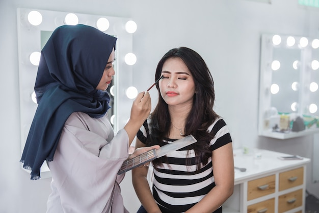 Visagistin, die kosmetik anwendet