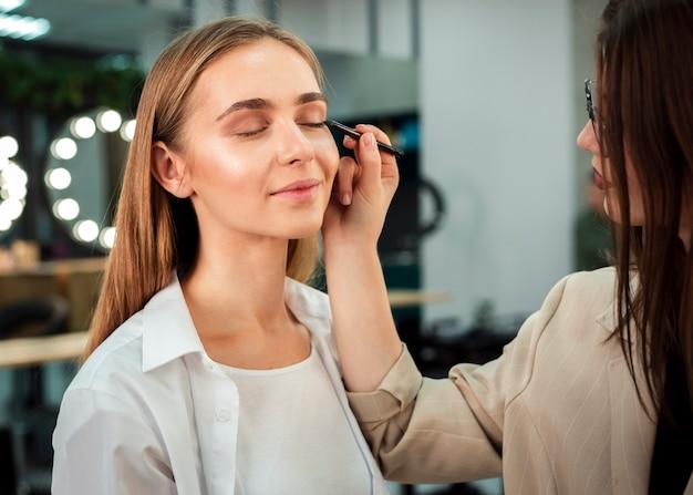 Visagistin eyeliner auftragen
