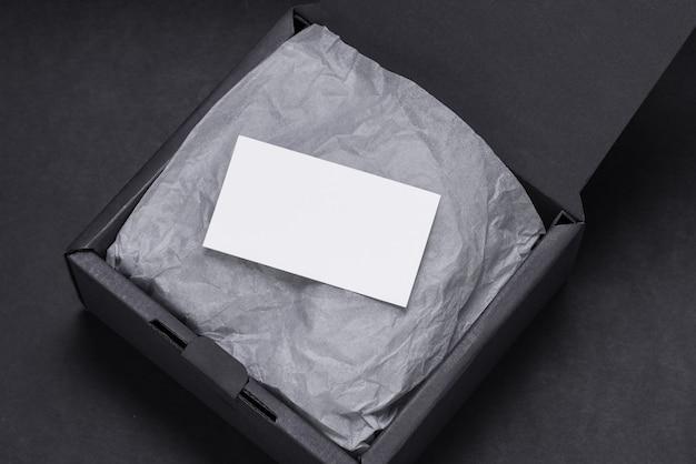 Visitenkarte innerhalb der schwarzen geschenkbox, mocup