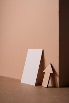 Visitenkarte und pfeil des briefpapiergeschäfts