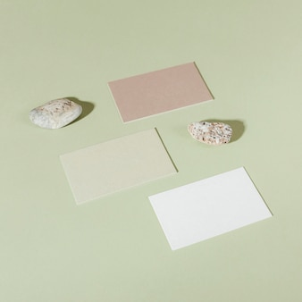 Visitenkarten auf grünem hintergrundmodell