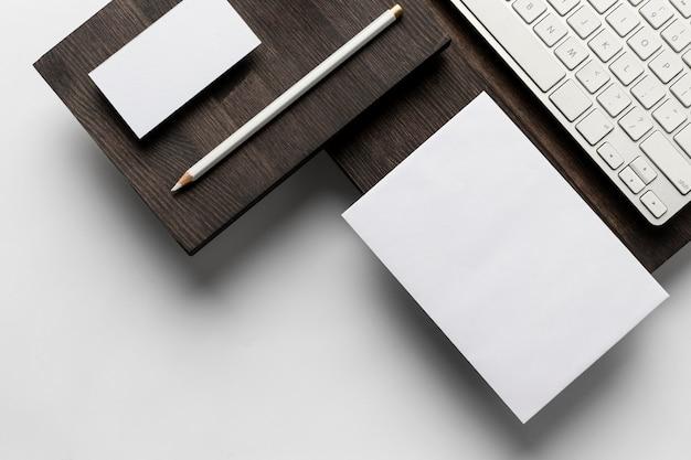 Visitenkarten und laptop-tastaturen