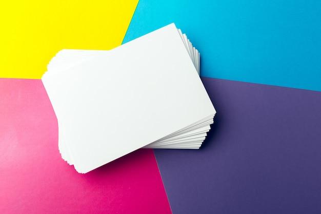 Visitenkartenleerzeichen über buntem abstraktem hintergrund.