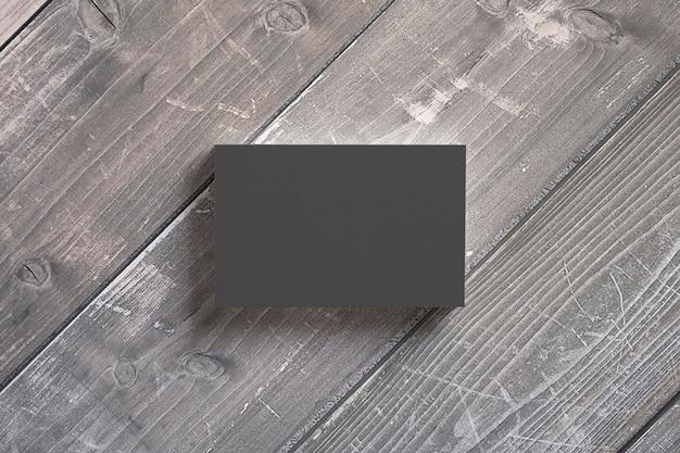 Visitenkartenstapel aus schwarzem papier auf holztischen. vorlage zur präsentation ihrer präsentation.