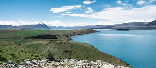 Vista mit schöner alpiner landschaft türkisfarbener gletschersee mit schneebedeckten bergen tekaponew zealand