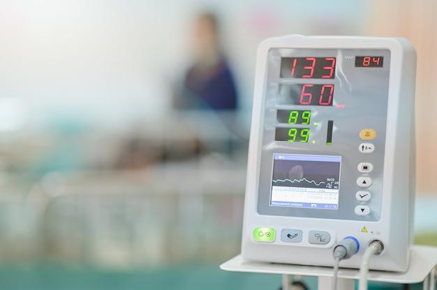 Vitalzeichenmonitor auf geduldigem hintergrund am bezirk im krankenhaus
