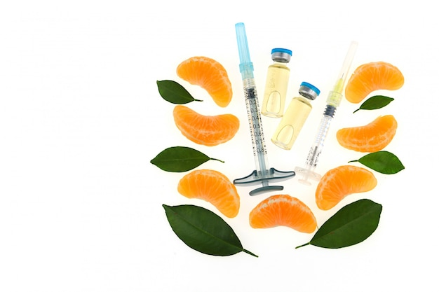 Vitamin c in ampullen, zwei spritzen, orange. bio-kosmetik-konzept