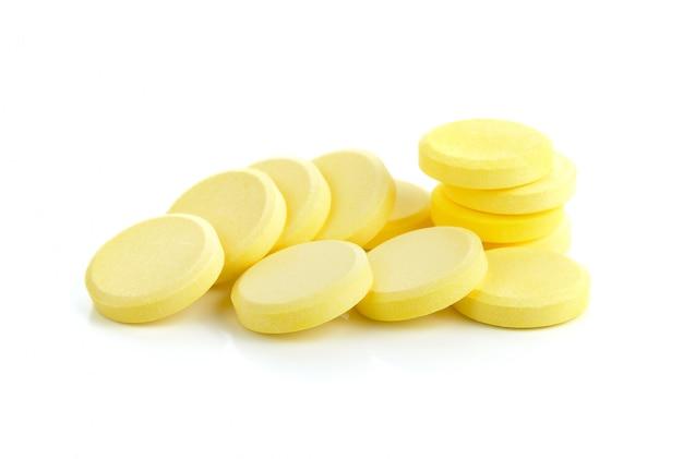 Vitamin c-pillen auf weißem hintergrund
